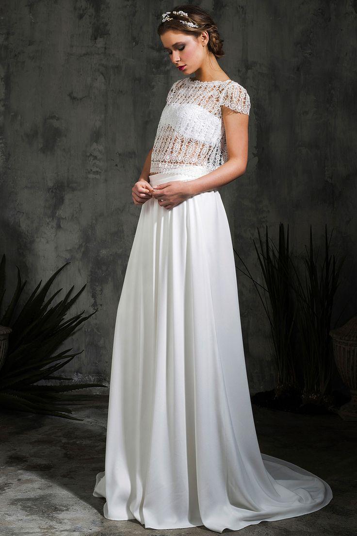 Bandeau y encaje Juego de transparencias en este diseño de White Alice by Alicia Rueda. Bajo el cuerpo de encaje un bandeau combinado con una falda de crepe. Perfecto para una noche de verano.