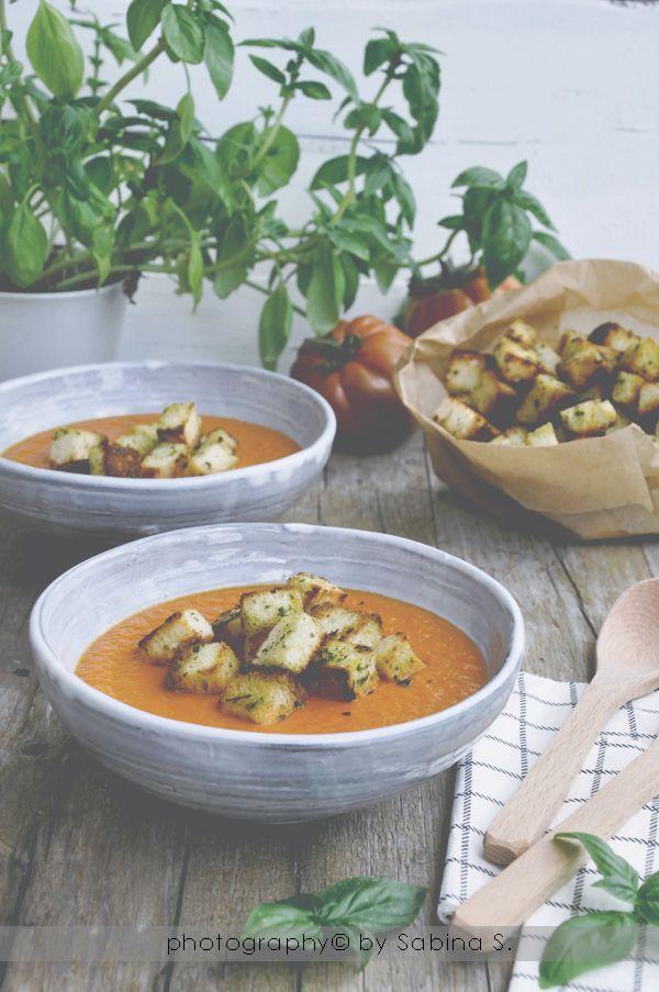 Due bionde in cucina: Crema di pomodori e peperoni al forno con crostini al basilico