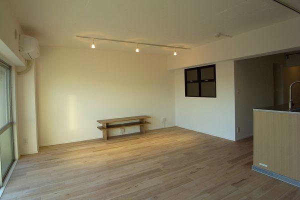 広々としているリビングと、床の木目の相性が◎レールライトの照明もアートギャラリーのよう。