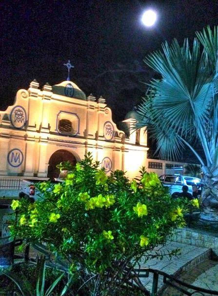 Algunas ciudades se visten de gala al caer la noche y con las luces se mira su elegancia, vean esta fotografía de Conchagua en el departamento de La Unión, ahora somos muchos más en esta página.