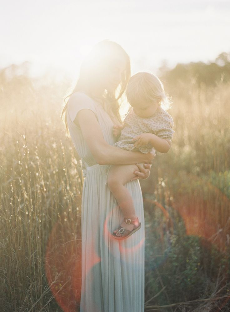 Natural outdoor family shoot   Mom & little girl Photography: Rylee Hitchner
