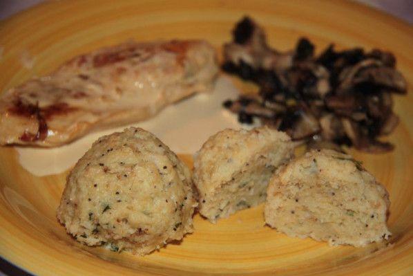 Aujourd'hui, je vous propose une recette bien pratique si comme moi.. vous avez du pain dur... et ni besoin de chapelure.. ni envie de pain perdu... Nous nous sommes régalés...accompagnées de viande blanche... de quelques champignons de Paris frais.....