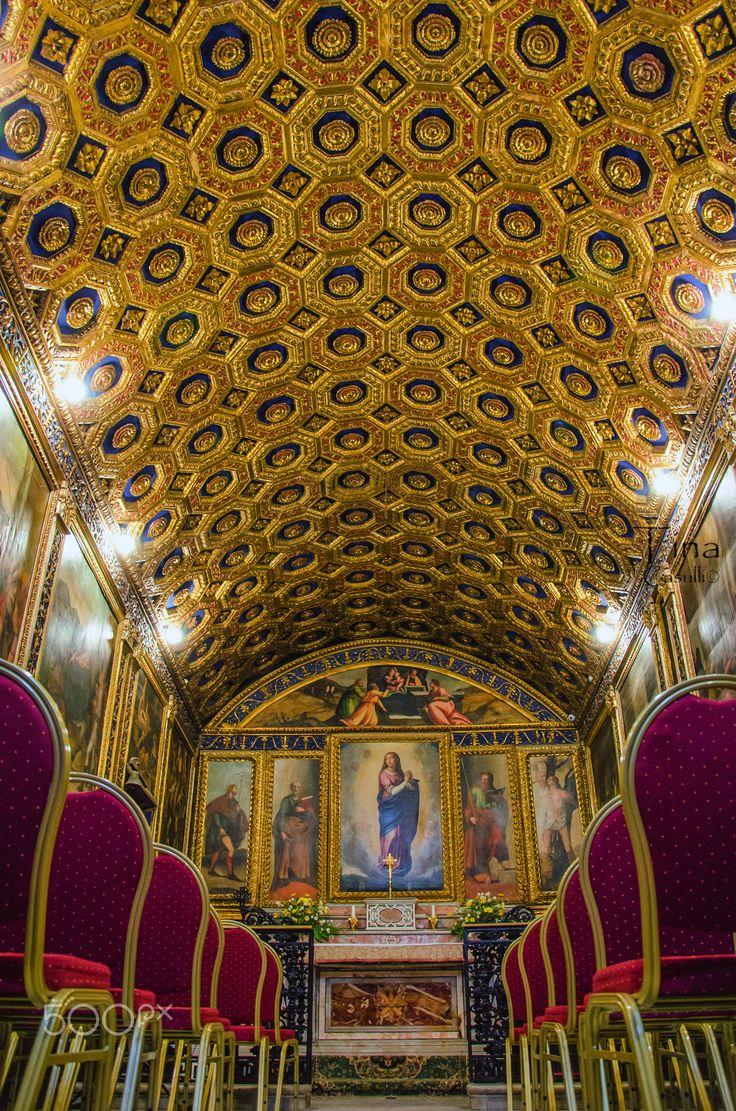 """cappella dell'Immacolata concezione - La cappella dell'Immacolata Concezione, anche detta """"Cappella d'Oro"""" o """"Grotta d'Oro"""" per la sua ricca decorazione interna lignea con rifiniture in oro zecchino, è un importante luogo di culto cattolico di Gaeta, situato nel centro storico della città, in via dell'Annunziata, all'interno dello Stabilimento dell'Annunziata."""