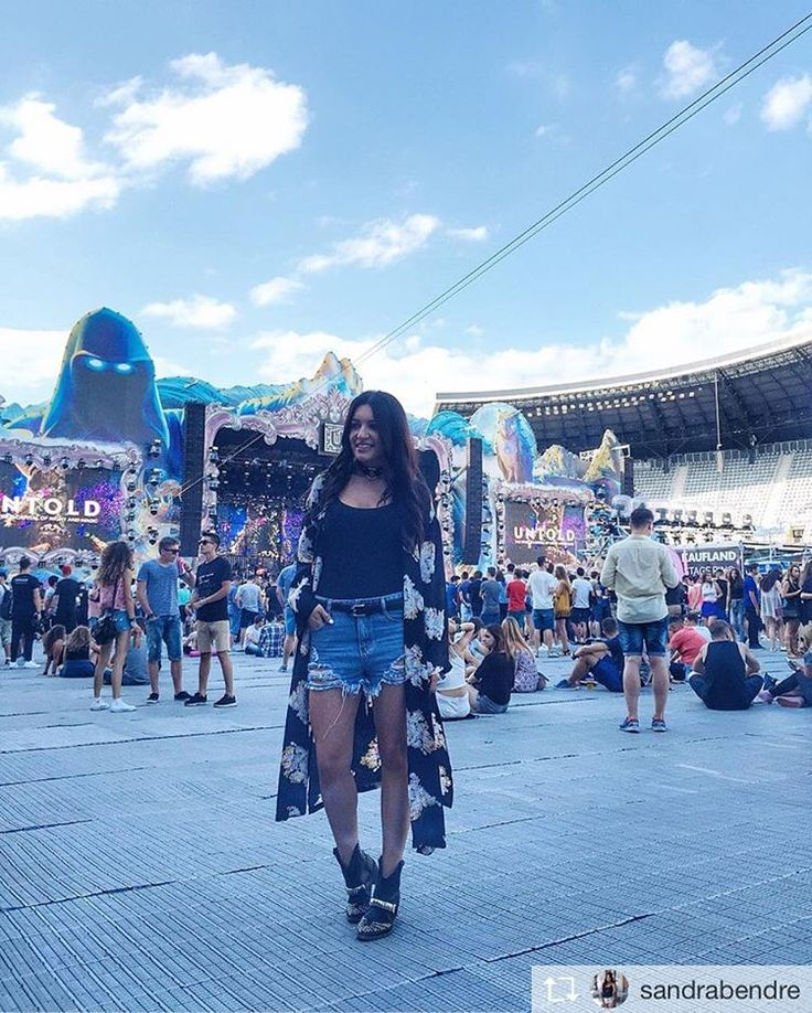 Sandra Bendre wearing #uniconf at Untold Festival. 😁