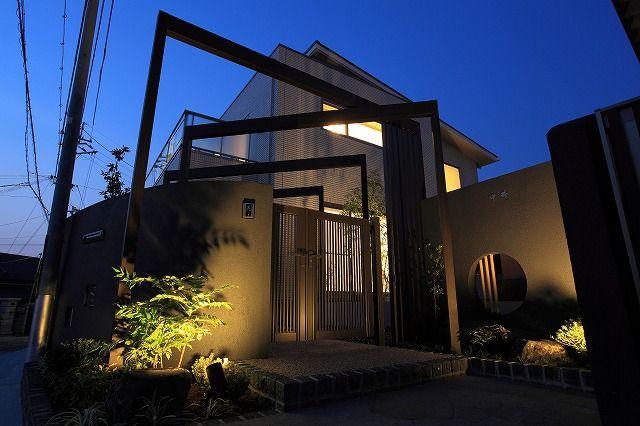 光と影で家を魅せる。濃淡のコントラストが映える和の佇まい。 #lightingmeister #pinterest #gardenlighting #outdoorlighting #exterior #garden #light #house #home #shadow #contrast #japanesestyle #光 #影 #コントラスト #和 #和風 #家 #庭 #玄関 Instagram https://instagram.com/lightingmeister/ Facebook https://www.facebook.com/LightingMeister