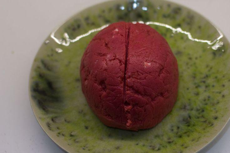 Cómo preparar tarta cerebro para Halloween con Thermomix Ya no queda nada para la noche más terrorífica del año!!! la fiesta de Halloween y éste año estoy al 100% con ideas para ésta fiesta y eso que yo no soy nada fan de ella :S pero os aseguro que he disfrutado muchísimo preparando las recetas para halloween. Comenzamos la semana con un corazón sangriento de gelatina y la terminamos con una tarta en forma de cerebro, de terror total! Quería hacer una tarta en forma de cerebro, le dí mil…
