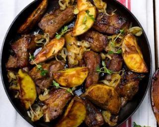 Sauté de porc maigre aux pommes de terre et aux oignons : http://www.fourchette-et-bikini.fr/recettes/recettes-minceur/saute-de-porc-maigre-aux-pommes-de-terre-et-aux-oignons.html