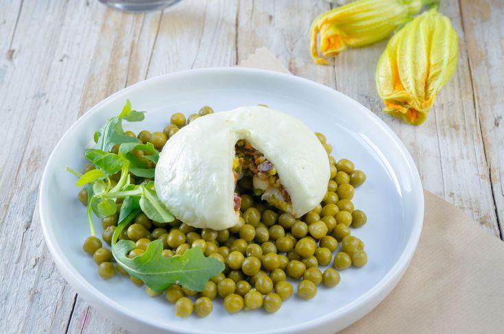Mozzarella de Búfala Rellena con flores de calabacín, tomates secos y pistachos, una receta para sorprender muy fácil de hacer.