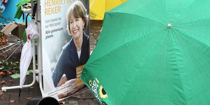 Der verwüstete Wahlkampfstand von Henriette Reker an der Aachener Straße.
