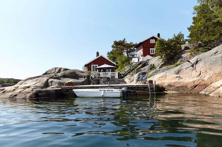 I SJØKANTEN: Gjestehytta ligger helt nede ved sjøen. Hovedhytta, som opprinnelig var et stabbur, ligger høyere opp, omkranset av en frodig hage.