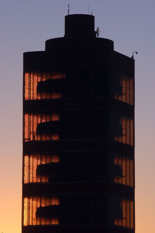 AD Classics: SC Johnson Wax Research Tower,The unique taproot core design of the Tower illuminated by the sunset. . Image © SC Johnson