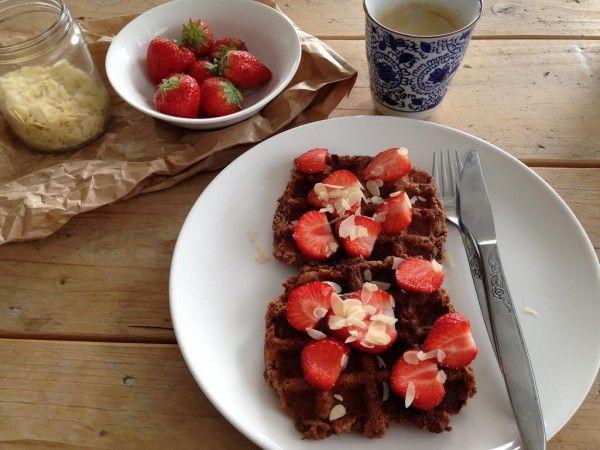 Wafels zonder suiker, boter en bloem. Kan dat? Ja dat kan. Vandaag deel ik een heerlijke recept voor suikervrije wafels. Ook geschikt voor vegans. Het perfecte ontbijt voor een luie zondag. Wat heb...