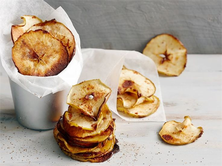 Kanelilla ja sitruunalla maustetut, rapeat omenalastut ovat mukava pikkunaposteltava koko perheelle. Mikä parasta, näitä herkkuja tehdessä kotiin tulvii uunista ihana vastaleivotun korvapuustin tuoksu. Omenalastut ovat myös mainio koriste erilaisille kakuille ja jälkiruoille.