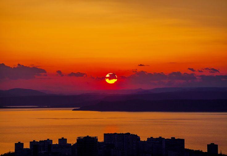 Vladivostok é uma cidade vibrante onde passado e presente se encontram. A cidade foi construída sobre íngremes montanhas que se erguem do ma...