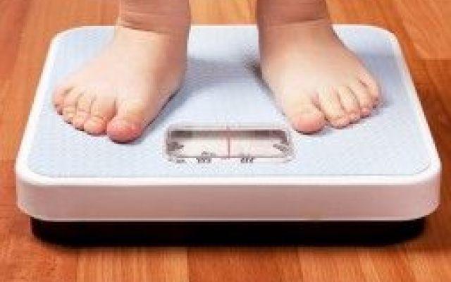 Adolescenti insoddisfatte del proprio corpo? La colpa a volte è dei genitori Se avete dei figli adolescenti (soprattutto se sono delle ragazze) dovreste smetterla di fare commen alimentazione salute adolescenti