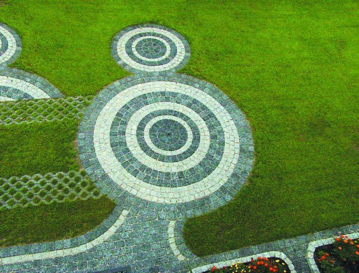 Dostępne rodzaje i kolory kostki brukowej umożliwiają tworzenie niemal nieograniczonej ilości wzorów, które są ozdobą ogrodu. Fot. Polbruk