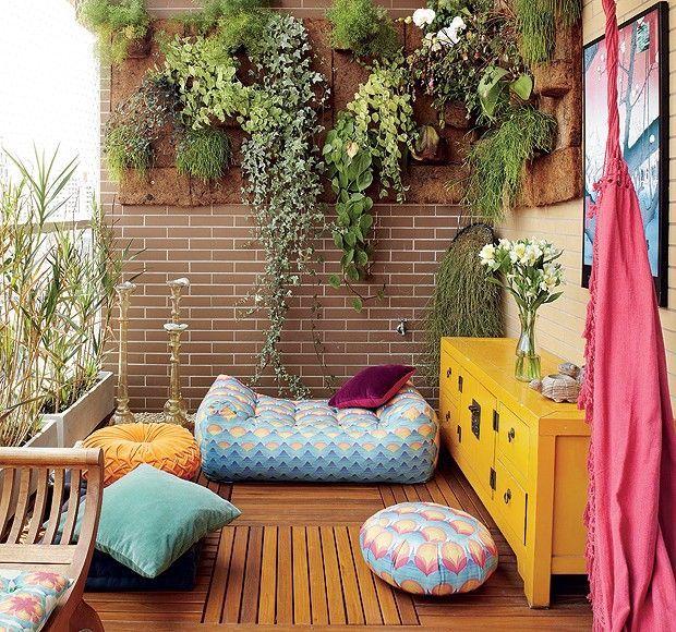 Pequeno jardim na sacada de apartamento.  Fotografia: www.decorfacil.com.