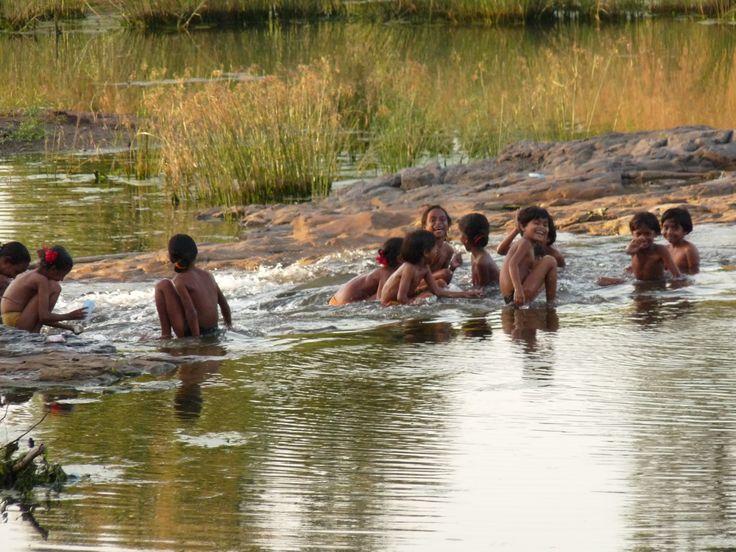 Niños bañándose en el río, Gujarat, India