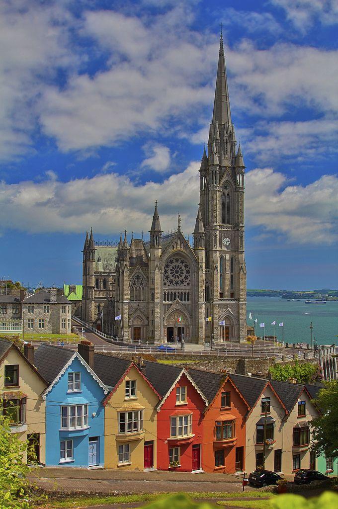 Irlanda, Cork, Cobh, Estate 2014  Cobh, in precedenza nota come Queenstown, si trova sulla costa sud della contea di Cork, in Irlanda ed è uno dei principali porti irlandesi. E' stato il punto di partenza per 2,5 milioni di irlandesi emigrati in Nord America tra il 1848 e il 1950. L'11 aprile 1912, Cobh fu l'ultimo porto di scalo per il Titanic. Un'altra nave tragicamente associata con la città, è il Lusitania che fu affondata da un U-boat tedesco al largo della Old Head di Ki...