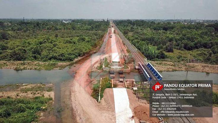 Pemasangan Non Woven Geotextile Proyek Kereta Api Palembang