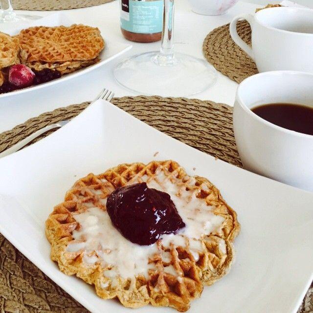 Vohveleita aamupalaks❤️  Kaurahiutaleet jauhoksi  Kananmunaa  Foodin vanilja-heraa  ripaus soodaa/leivinjauhetta  suolaa ja kanelia  loraus vettä Päällä tietty #kookosmanna ja marjat. Nautitaan nautitaan.. #gluteeniton #maidoton #sokeriton #vohveli #aamupala #foodin