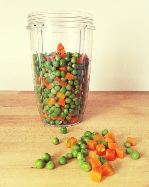 HOMEMADE BABY FOOD - PEAS AND CARROTS this is the easiest recipe ever! #babyfood #homemadebabyfood #nutribullet
