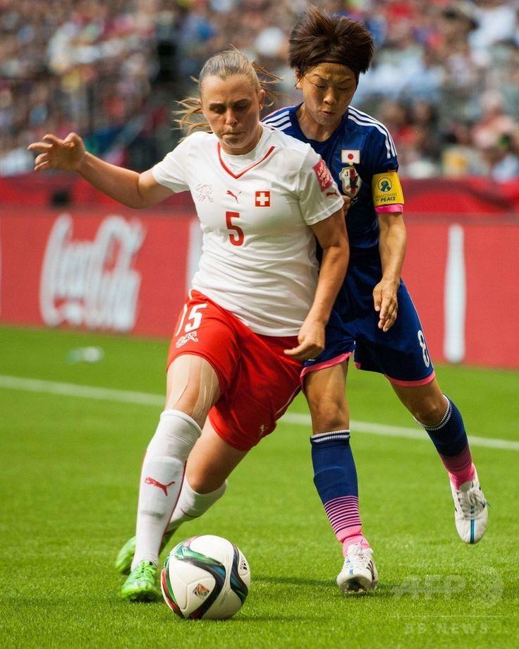 女子サッカーW杯カナダ大会・グループC、日本対スイス。スイスのノエル・マリッツ(手前)とボールを競る宮間あや(2015年6月8日撮影)。(c)AFP/Getty Images/Rich Lam ▼9Jun2015AFP|宮間のPKで日本がスイスに勝利、女子サッカーW杯 http://www.afpbb.com/articles/-/3051099 #2015_FIFA_Womens_World_Cup #Noëlle_Maritz #Noelle_Maritz #Aya_Miyama #宮間あや