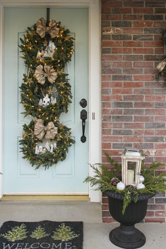 decoracion navideña, casera, corona navideña para puerta de pino natural, figuras de cartón blanco, estrellas doradas y luces