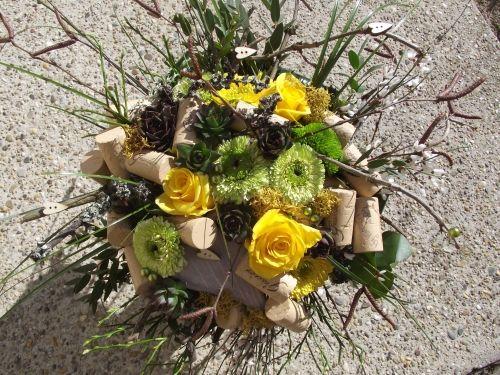 A Gasztroangyalnak álmodta meg Kelemen Mónika, a Kövirózsa Virágüzlet tulajdonos virágkötője ezt a Geszler dugókból készült szépséges virágcsokrot! Mellé természetesen Móri Ezerjóval és Zöld Veltelínivel, és macskapracni nyomóval és persze az asztalon lévő móri sváb sütemények receptjeivel leptük meg Borbás Marcsit. Nagyon örült neki!