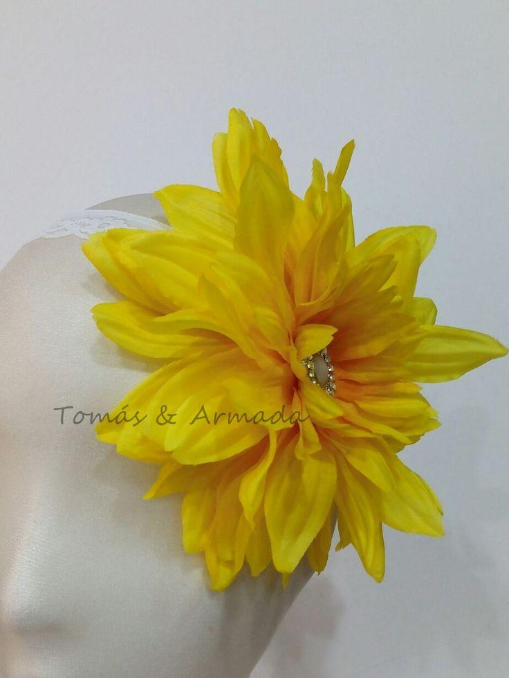 Vistoso tocado de flor amarilla de la colección garden .
