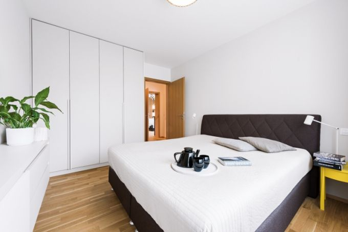 V ložnici našla uplatnění pohodlná postel manželů, kterou využívali už v předchozím nájemním bytě. Novému konceptu nepřekážely noční stolky ani lampičky. Je zde rovněž instalovaný masivní dubový rošt. Oproti společenské zóně interiéru není však posuvný