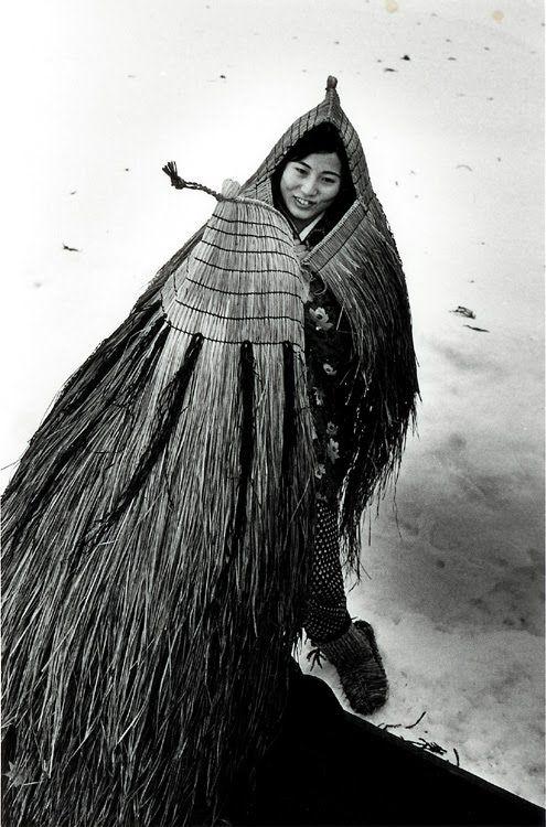 mino (japanese straw cape, photo by Asano Kiichi Japanese, 1914-1993):蓑(みの)