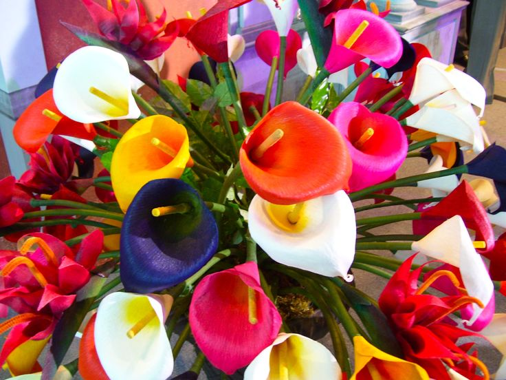 diy mexican wedding favors | Inspiration for the design: a bouquet of colorful calla lilies!