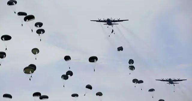 Aksi prajurit Paskhas TNI AU melakukan penerjunan statis dan dinamis dari pesawat Hercules C-130 dalam Latihan Tempur Angkasa Yudha 2016 di Natuna Kepulauan Riau Kamis (6/10). (REUTERS/Beawiharta) Pekanbaru - Selama sepekan Angkatan Udara Thailand atau Royal Thai Air Force (RTAF) menjajal keahlian tempur TNI Angkatan Udara di Pangkalan Udara Roesmin Nurjadin Pekanbaru Riau. Latihan gabungan 2 negara ini bersandikan Elang Thainesia XVIII. Komandan Lanud Roesmin Nurjadin Marsekal Pertama Age…