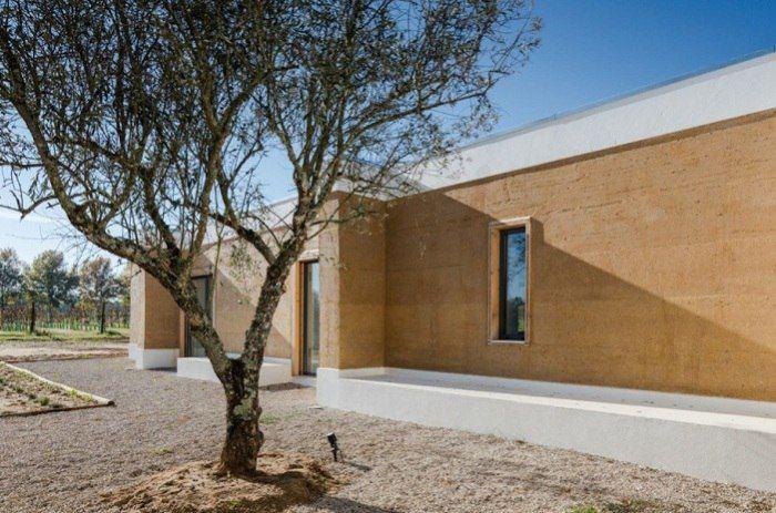 Но есть и такие, кто идет по принципу простоты и комфорта. Именно такой дом появился среди виноградников в Португалии. Невзрачный внешний вид в полной мере компенсирует прохладный микроклимат внутри дома, столь необходимый для страны с самым большим количество�