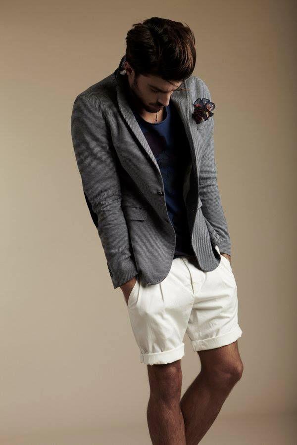 un blazer gris un short blanc et une pochette pour donner du cachet et de la couleur la. Black Bedroom Furniture Sets. Home Design Ideas