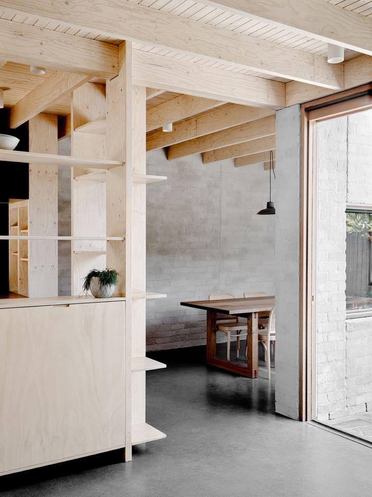 キッチンの周りを囲う合板製のシンプルで大きな造作棚
