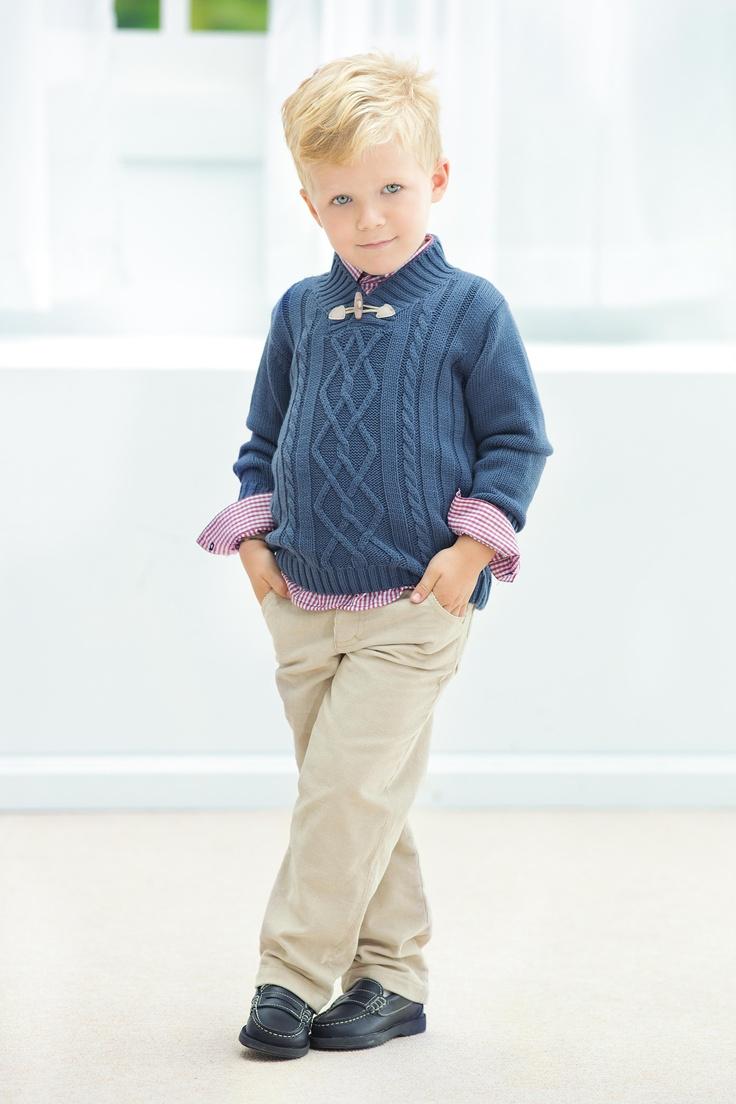Hoy en Tutto Piccolo la colección kandisky niño: look desenfadado que juega con las rayas en el tricot, en colores azul ultramar, burdeos y camel.