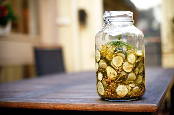 Ett gott och enkelt recept på inlagd gurka. Gott på både mackan och till middagen.