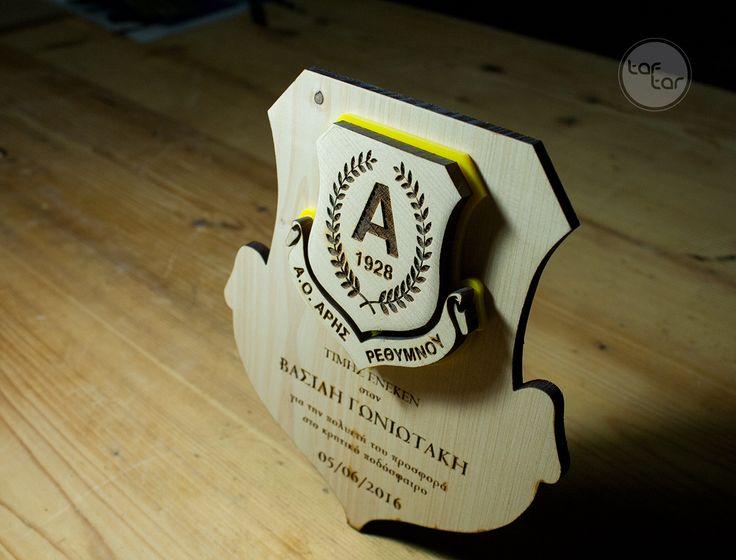 / Award plaque made of pine wood and yellow acrylic// /  Τιμητική πλακέτα από ξύλο πεύκου και κίτρινο ακρυλικό. //
