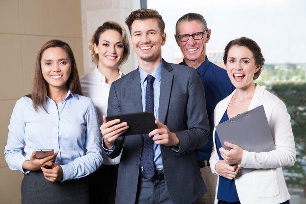Улыбаясь бизнес-команды, стоя в зале заседаний Бесплатные Фотографии