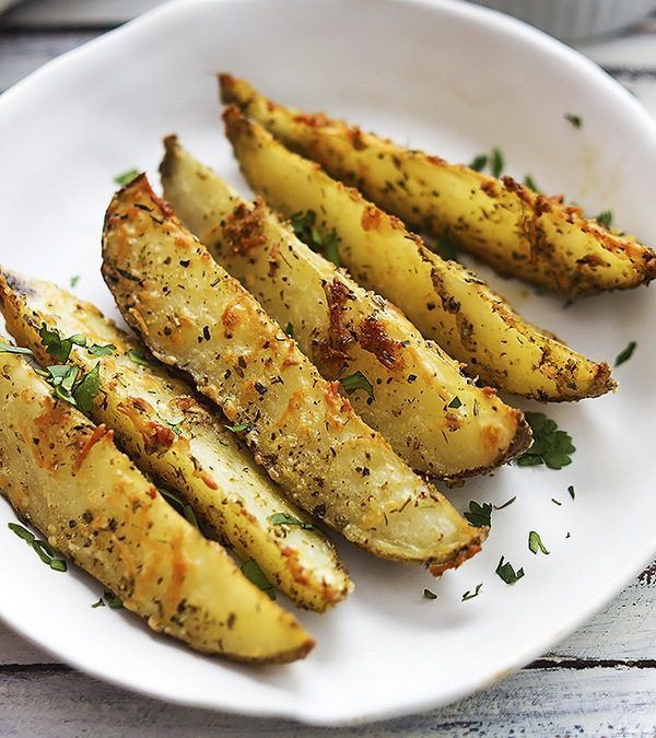 Запеченный дольками картофель может выступить и как гарнир, и в качестве самостоятельного блюда. При минимальных затратах получается сытное угощение с изысканным вкусом!
