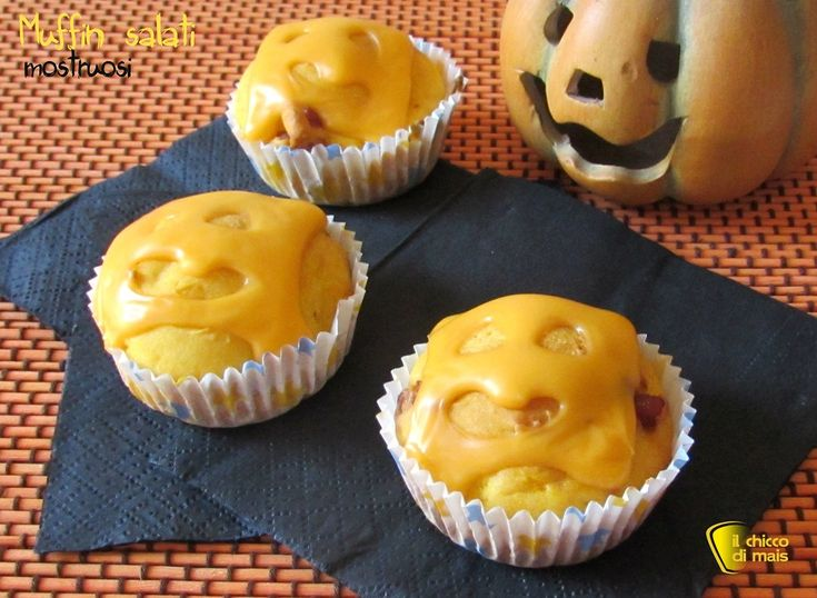 MUFFIN SALATI MOSTRUOSI PER HALOWEEN #muffin #halloween #cheese #halloweenfood #halloweenparty #party #ricetta #recipe #ilchiccodimais http://blog.giallozafferano.it/ilchiccodimais/muffin-mostruosi-ricetta-per-halloween/