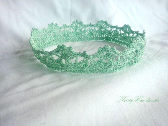 Мятно зеленая с серебристой ниткой детская корона вязаная крючком для принцессы или принца