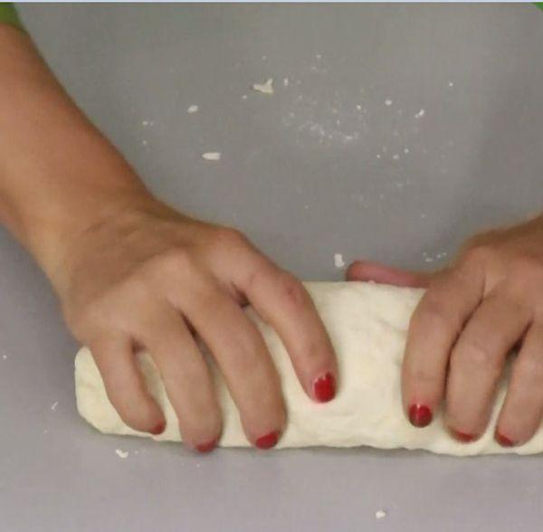 Το μυστικό της επιτυχίας του σπιτικού φύλλου κρύβεται στη ζύμη. Πρέπει να είναι πολύ μαλακή και να κολλάει ελάχιστα στα δάχτυλα. Η Ελένη Ψυχούλη μας δείχνει βήμα - βήμα πώς να ανοίξουμε σπιτικό φύλλο.
