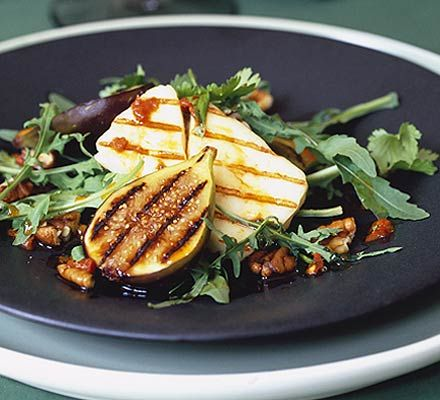 Griddled fig, pecan & halloumi salad