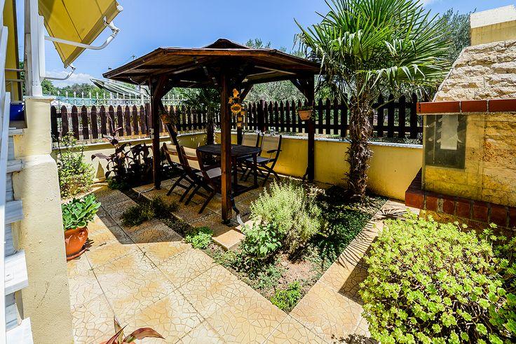 Εξωτερικός χώρος με σκίαστρο, μια γωνιά χαλάρωσης στο κήπο σας. #realestate #efimesitiko #alexandroupoli