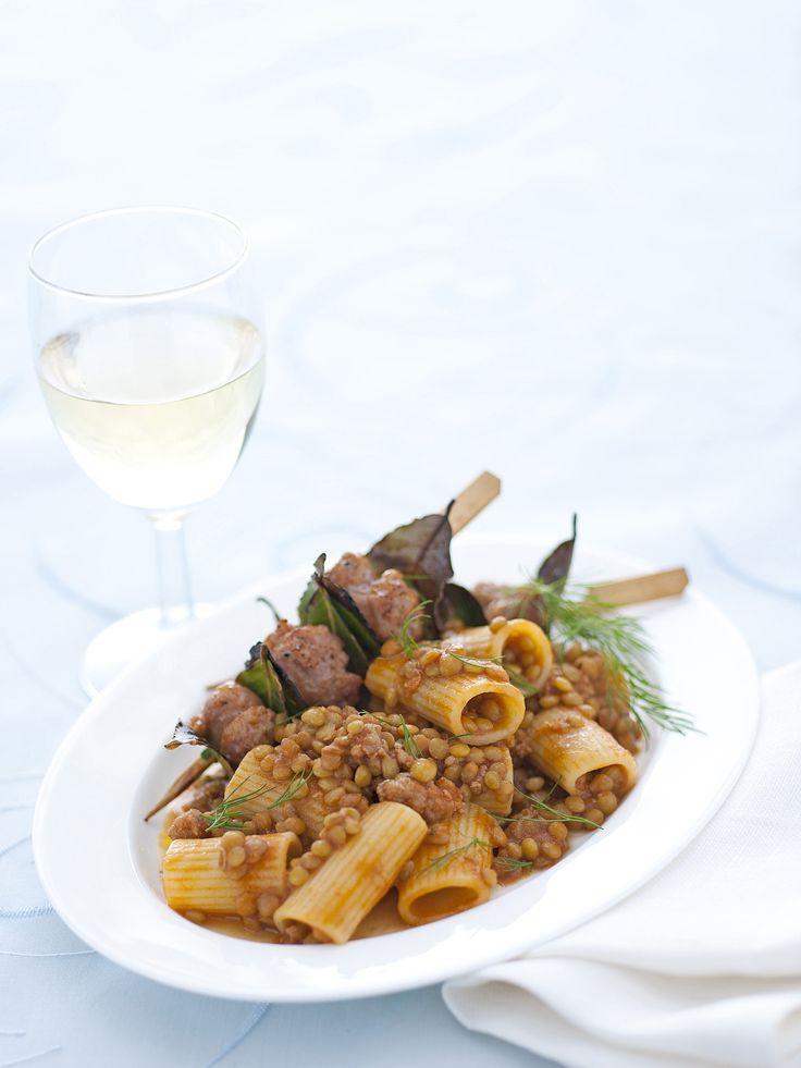 Scopri come cucinare i rigatoni con spiedini di salsiccia seguendo la ricetta di Sale&Pepe: preparerai in poco più di un'ora un eccellente spuntino.