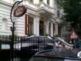 În inima capitalei, chiar în spatele Ateneului Român, Grand Cafe Galleron este locul în care vă puteţi relaxa, vă puteţi întâlni cu prieteni...