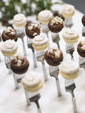 Mini cupcakes in forks - great for a modern, minimalist party